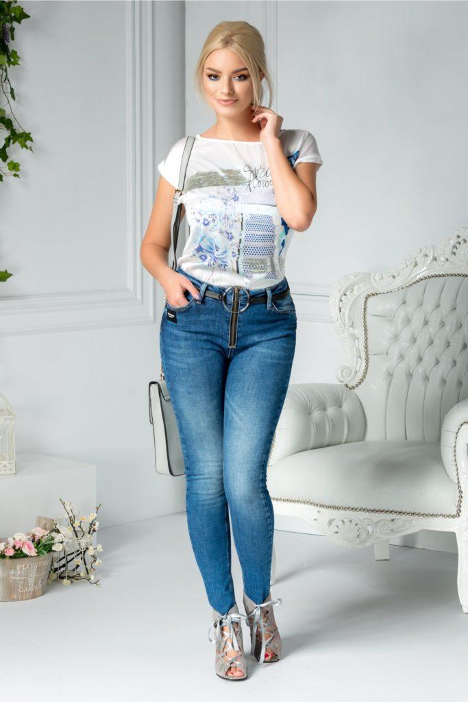 Jeans casual albastri accesorizati cu strasuri discrete si o curea detasabila cu insertie metalica maxi Troia