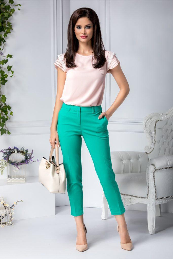 Pantaloni verzi office cu aspect conic si talie medie cu buzunare discrete pe linia soldurilor si accesorizati cu un design cu dunga Aby