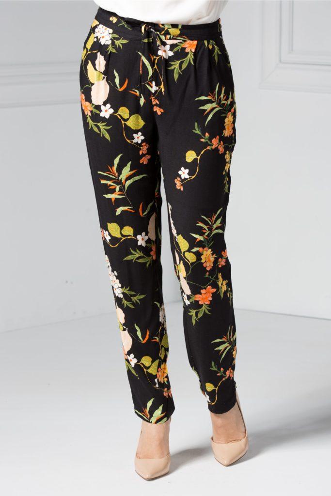 Pantaloni negri cu imprimeu floral colorat ce prezinta snur in talie