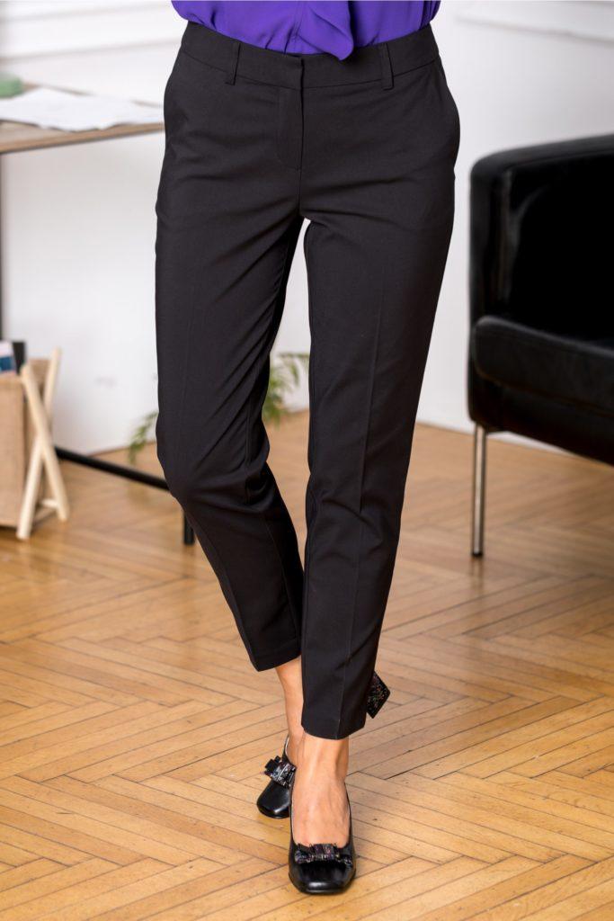 Pantaloni negri conici cu talie medie si buzunare discrete Iza pentru o tinuta chic la birou ce iti subliniaza silueta