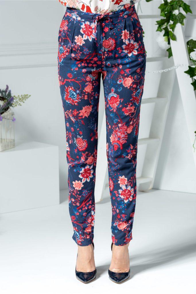 Pantaloni vaporosi de vara cu imprimeu estival maxi cu motive florale si fundita discreta pe talie Rosie