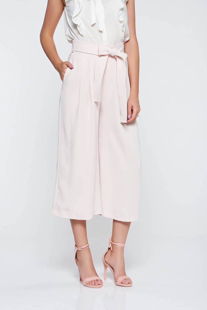 Pantaloni rosa eleganti si stilati fabricati din tesatura vaporoasa si calitativa extrem de fina la atingere