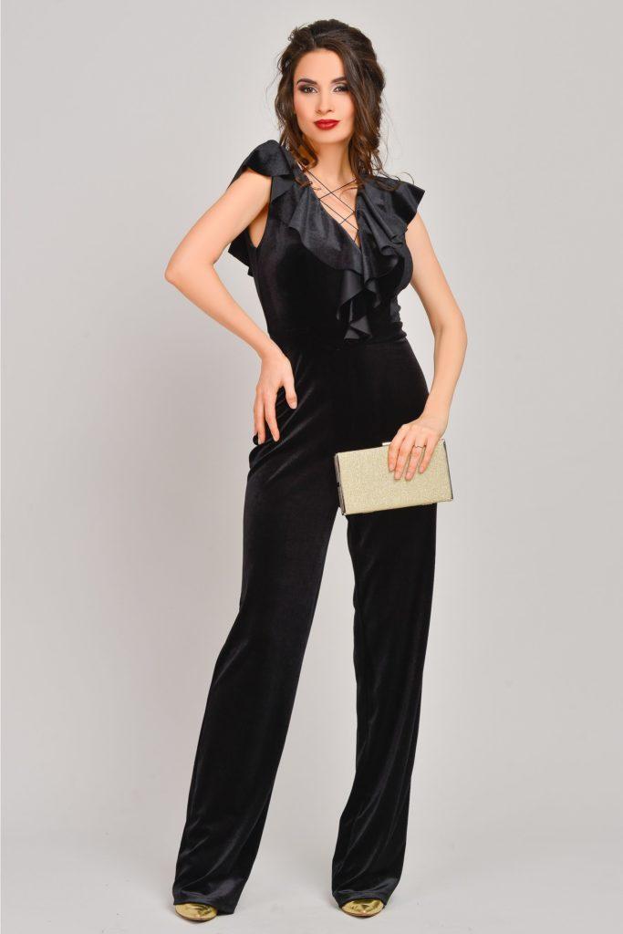 Salopeta superba din catifea de culoare neagra cu pantaloni lungi evazati si bustul accesorizat cu volanase si snur Laurie