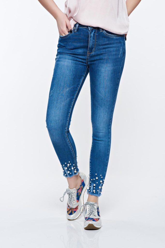 Blugi skinny albastri trendy de dama cu talie medie din denim cu aspect ușor uzat si rupturi decorative cu aplicatii cu perle