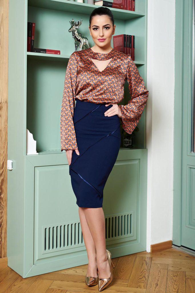 Fusta LaDonna bleumarin eleganta din material elastic cu model in relief in partea din fata si captusita pe interior