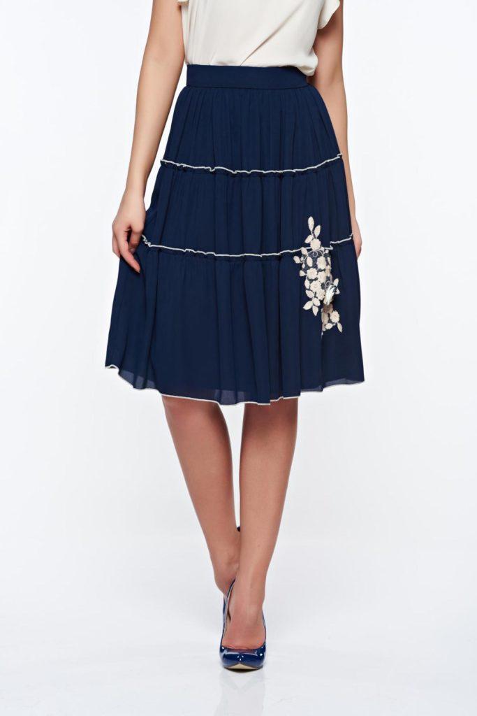 Fusta albastra inchis eleganta cu aplicatii cusute manual din material vaporos pe captuseala din jersey confortabil LaDonna