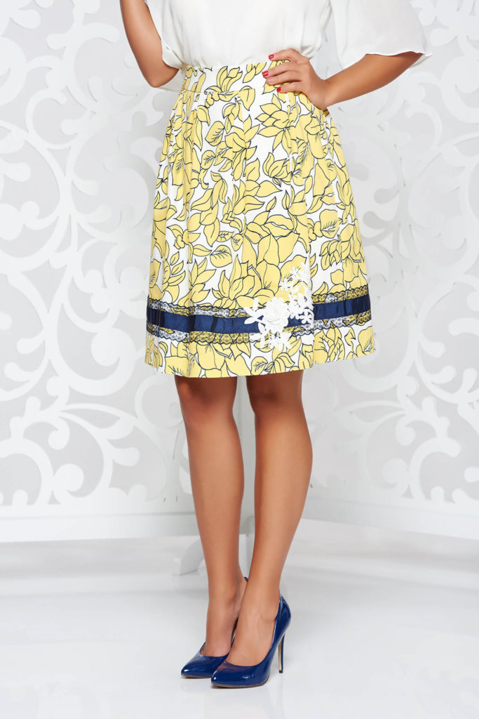Fusta eleganta moderna in clos cu pliuri de culoare galbena cu imprimeu floral si aplicatii de dantela cusute manual LaDonna