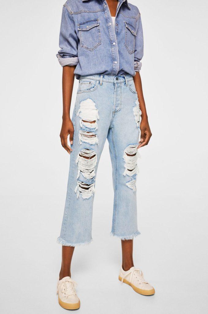 Jeansi albastri de dama Mango cu fason relaxed din denim cu abraziuni si uzuri decorative pe pantalon