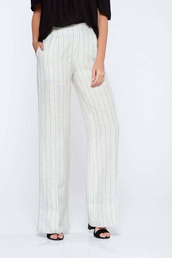 Pantaloni PrettyGirl albi casual fabricati din tesatura de viscoza subtire ce au un Croi evazat cu talie inalta si buzunare laterale