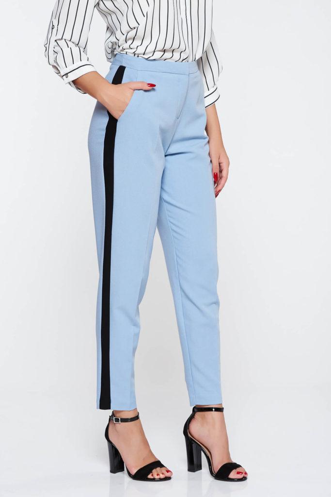Pantaloni cu talie medie de culoare albastru deschis foarte eleganti si comozi la purtare prevazuti cu buzunare laterale