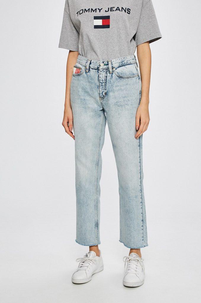 Blugi dama mom fit cu forma boyfriend albastru deschis Tommy Jeans din denim decolorat si marginile nefinisate
