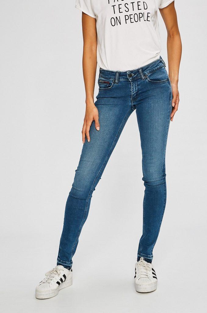 Blugi cu talie joasa marca Tommy Jeans albastri cu croiala mulata pe corp in stil skinny din denim spalacit si elastic